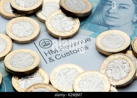 Eine HM Umsatz & Zoll Briefkopf durch neue £1 Münzen und einen € 5 Hinweis umgeben. - Stockfoto