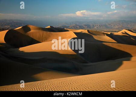 Sanddünen in der Wüste in der Nähe von Huacachina Oasis, Ica, Peru, Südamerika - Stockfoto