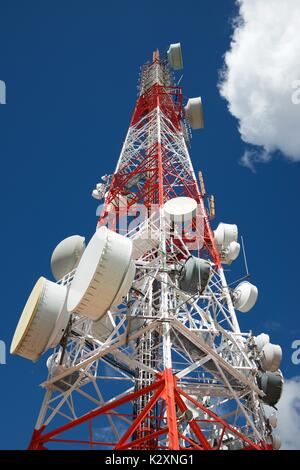 Telekommunikation Turm mit bewölktem Himmel. - Stockfoto