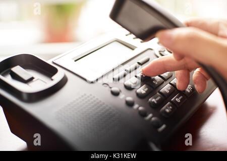 Telefon wählen, Kontakt und Service Konzept. Ausgewählte konzentrieren. - Stockfoto