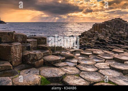 Der Giant's Causeway ist ein Gebiet von ca. 40.000 Verriegelung Basaltsäulen, die Ergebnis einer alten vulkanischen Eruption. Es ist in der Grafschaft Antri entfernt