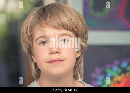 Porträt eines Jungen mit verschwommenen Hintergrund - Stockfoto