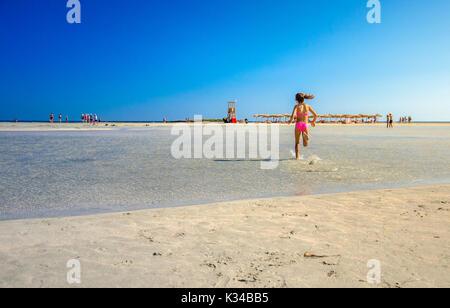 Kinder spielen und laufen auf den berühmten Strand von Elafonissi, Kreta, Griechenland - Stockfoto