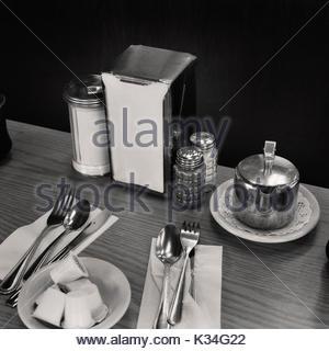 Coffee Shop Tisch mit Platzeinstellungen - Stockfoto