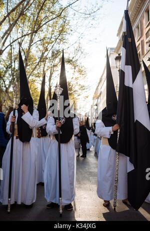 Büßer von 'la Soledad de San Buenaventura ' Bruderschaft die Teilnahme an Prozessionen während der Semana Santa - Stockfoto