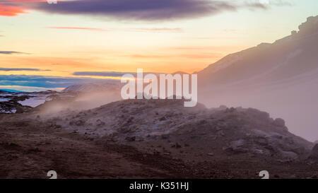 Sonnenuntergang über die dampfende Fumarolen bei Hverarönd, Myvatn, Island - Stockfoto