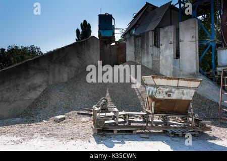 Aggregat Stein Brecheranlage. Ausrüstung für die Verpackung Schotter, Kies, Lehm in Beuteln - Stockfoto