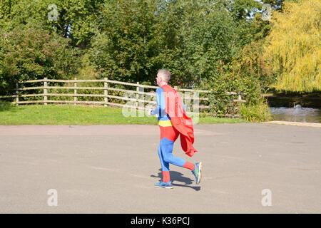 Bedford, England. 2. September 2017: Läufer in Superman Outfit an der Bedford Halbmarathon eine Herausforderung - Stockfoto