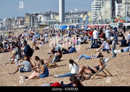Brighton, UK. 2. Sep 2017. Sonnenanbeter auf Brighton Beach genießen Sie die warme Sonne heute aber nass Wetter - Stockfoto