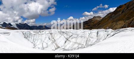 Depression auf der Oberfläche des verschneiten huayatapallana - Stockfoto