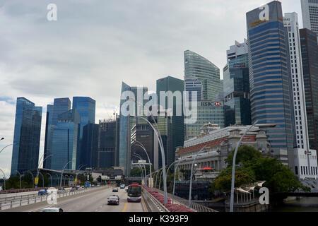 Skyline von Singapur mit Autobahn im Vordergrund. - Stockfoto