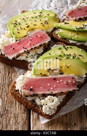Offenen Avocado Sandwich Mit Thunfisch Brot Rote Zwiebel