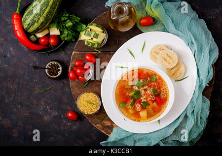 """Minestrone - """"Große Suppe', Suppe mit vielen Zutaten - ein Gericht der Italienischen Küche, leichte saisonale Gemüsesuppe - Stockfoto"""