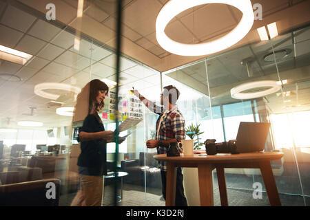 Junger Mann und Frau zusammen arbeiten im Büro. Kreative Fachleute, die an der neuen Projekt. - Stockfoto