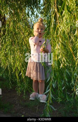 Kleines Mädchen unter Willow Tree - Stockfoto