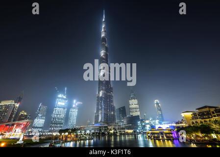 DUBAI, VEREINIGTE ARABISCHE EMIRATE - Okt 7, 2016: Der Burj Khalifa Tower bei Nacht. Dieser Wolkenkratzer ist der - Stockfoto