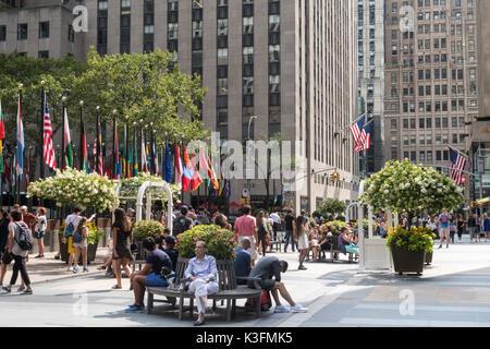 Rockefeller Center Plaza im Sommer, NEW YORK CITY, USA - Stockfoto