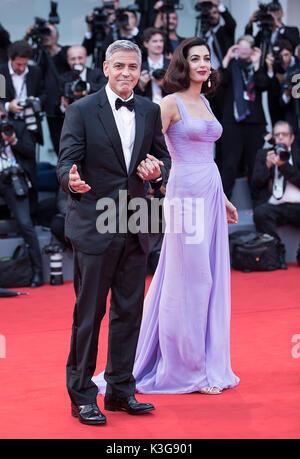 Venedig, Italien. 2. Sep 2017. Regisseur George Clooney (L) und seine Frau Amal Besuchen die Premiere des Films - Stockfoto