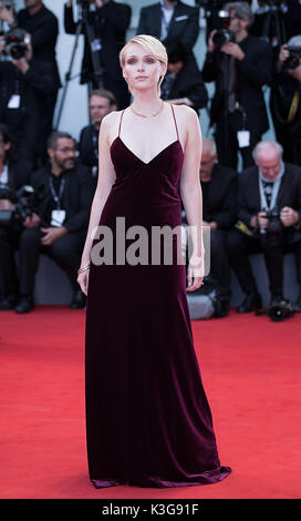 Venedig, Italien. 2. Sep 2017. Schauspielerin Caterina Shulha Posen auf dem roten Teppich zur Premiere des Films - Stockfoto