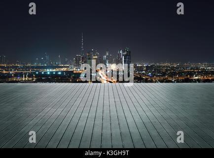 Holzterrasse mit Skyline von Dubai bei Nacht - Stockfoto