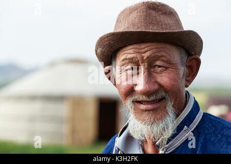 Die innere Mongolei, Chine-July 26, 2017: Portraits von unbekannten Mongolischen Mann in seinem traditionell gekleidet. - Stockfoto