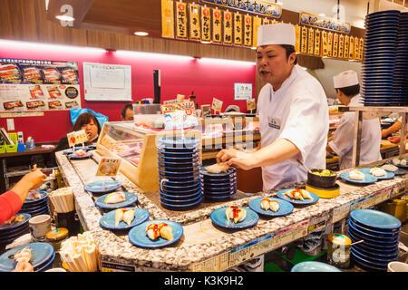 Japan, Hoshu, Tokio, beweglichen Sushi Restaurant. - Stockfoto