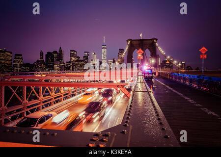 Der Verkehr auf der Brooklyn Bridge, regnerischen Abend, Wolkenkratzer und Skyline von Manhatten, New York, USA - Stockfoto