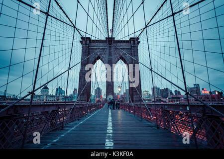 Brooklyn Bridge, regnerischen Abend, Wolkenkratzer und Skyline von Manhatten, New York, USA - Stockfoto