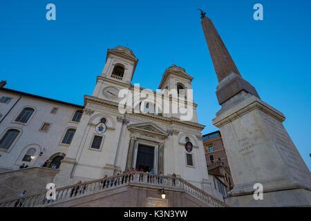 Die Kirche Santissima Trinità dei Monti und Sallustiano Obelisk in der Nähe der Spanischen Treppe in Rom, Italien - Stockfoto