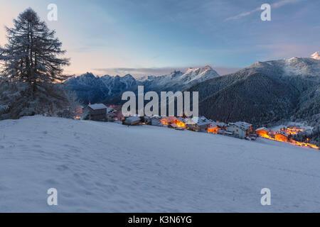 Europa, Italien, Venetien, Belluno, Dolomiten. Das Dorf von Coi, Zoldo Tal bei Dämmerung Stockfoto