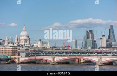London Blackfriars Brücke über die Themse mit St. Paul's Cathedral und die City von London Skyline im Hintergrund - Stockfoto