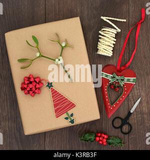 Weihnachten Geschenkverpackung Hintergrund mit Paket-, tag, Bänder, Scheren, herzförmige Christbaumkugel, Holly, - Stockfoto