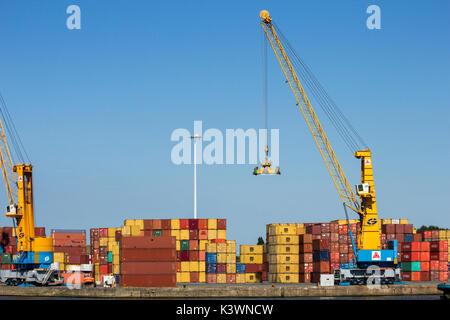 Antwerpen, Belgien - Apr 9, 2013: Hafen Portalkräne und Container im Hafen von Antwerpen. - Stockfoto