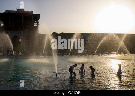 Kinder spielen in der öffentlichen Brunnen vor Ali Qapu Palast, Imam Square. Naqsh-e Jahan Stadt Isfahan, Iran - Stockfoto