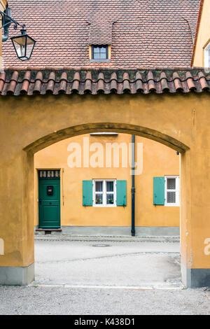 Street View die Fuggerei, die älteste Siedlung des sozialen Wohnungsbaus Komplex der Welt immer noch in Gebrauch, - Stockfoto