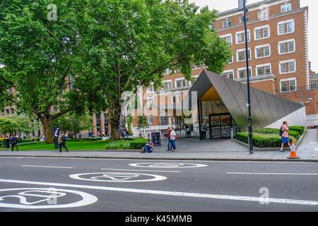 St. Paul's, London, Großbritannien - 3. August 2017, Information Center, dreieckige, modernes Gebäude. Umweltfreundlich - Stockfoto