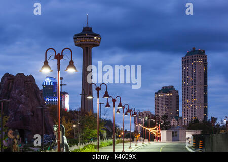 Kanada, Ontario, Niagara Falls, Skylon Tower, Dawn - Stockfoto