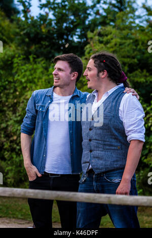 Musiker Paul Bullen und Ali McMillan, post-Performance mit Pepe, Jimmy's Festival, Jimmy's Farm, Ipswich, UK, 2017 - Stockfoto