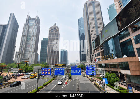 Shanghai, China - Apr 22,2016: Shanghai Wolkenkratzer Landschaft im Finanzviertel Lujiazui, Shanghai, China. - Stockfoto
