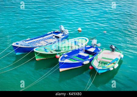 Lebendige kleine Boote in Kantabrien mit Kopie Raum - Stockfoto