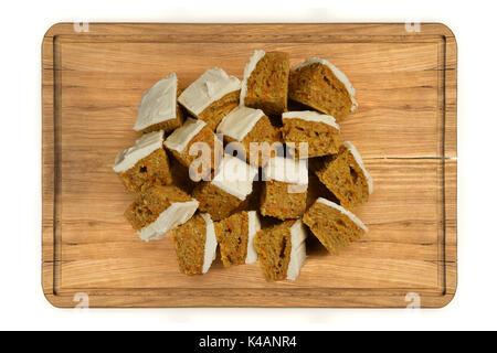 Ansicht von oben verglast mini Karotten Kuchen auf Holzplatte auf weißem Hintergrund - Stockfoto