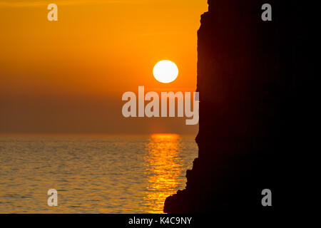 Silhouette Sonnenuntergang hinter einem Felsen, Kanzel Rosck - Stockfoto