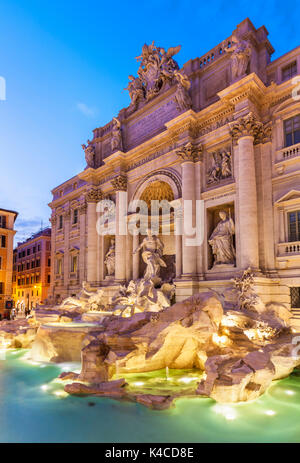 Rom Italien Der Trevi-brunnen unterstützt durch den Palazzo Poli bei Nacht beleuchtet, Rom, Italien Latium EU Europa - Stockfoto