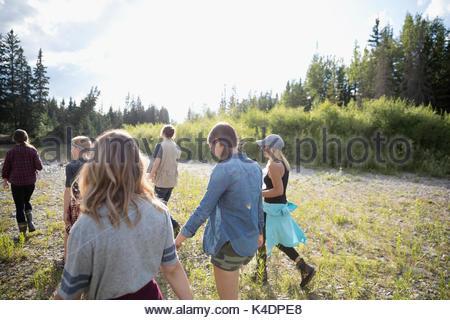 Teenage outdoor Schüler wandern im sonnigen Bereich - Stockfoto