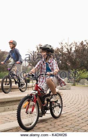 Junge Freunde Fahrrad im Park - Stockfoto
