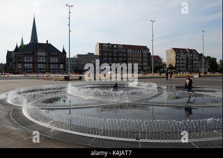 Kinder spielen in der neuen endlose Verbindung Installation durch Künstler Jeppe Hein auf der Uferpromenade in Aarhus. - Stockfoto