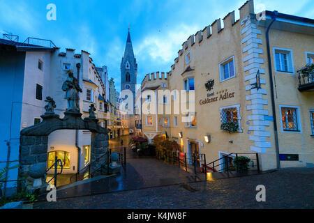 Das Hotel Goldener Adler und der Glockenturm der Kathedrale von Brixen (Bressanone), Provinz Bozen, Südtirol, Italien, - Stockfoto