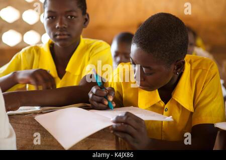 Studierende im Klassenzimmer an einer Junior High School, Northern Ghana, West Afrika, Afrika - Stockfoto