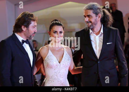Europa, Italien, Lido di Venezia, 06. September 2017: Javier Bardem, Penelope Cruz und der Regisseur Fernando León - Stockfoto