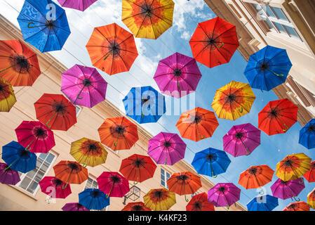 Badewanne, Somerset, uk. helle und bunte Sonnenschirme im southgate Shopping Mall ausgesetzt - Stockfoto